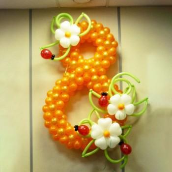 Цифра 8 с цветами и божьими коровками