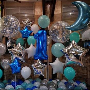 Фотозона из синих и бирюзовых шаров
