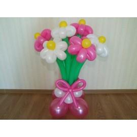 7 розово-белых ромашек на подставке