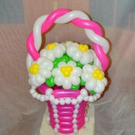 Розовая корзинка с ромашками