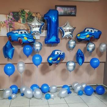 Фотозона из синих шаров с машинками